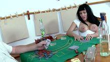 Partie de strip poker avec deux gros nichons bien généreux!