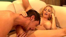 Une mature se fait lecher par le petit fils de son mari