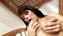 Sacrée cochonne qui aime jouer avec ses gros seins