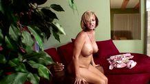 Femme mature a gros seins assise sur la bite d'un homme black