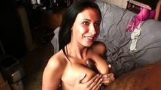 Coquine brune à gros seins