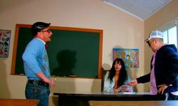 L'élève et son oncle baise à l'école la maîtresse.