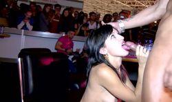 Grosse partie de sexe en public, les pervers sont aux 1eres loges
