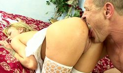 Elle l'a tellement allumé qu'il lui broute le minou