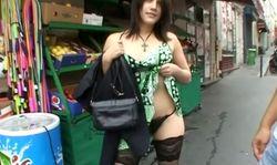 Petite amatrice qui se fait enculer devant son petit ami